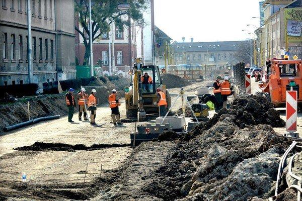 Práce na Kuzmányho. Podľa mesta sa majú skončiť koncom mája.