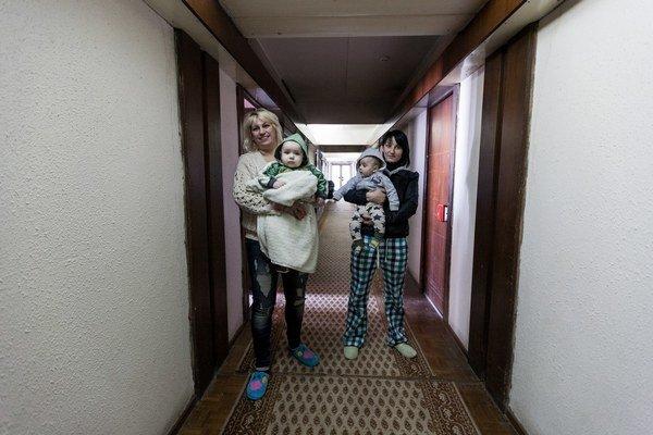 Mladé mamičky na chodbe utečencov. Deti sa ako utečenci už rodia.