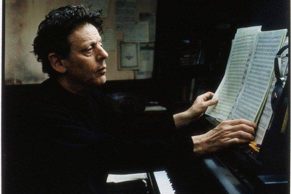 Philip Glass. Postará sa o hudobnú akciu roka.