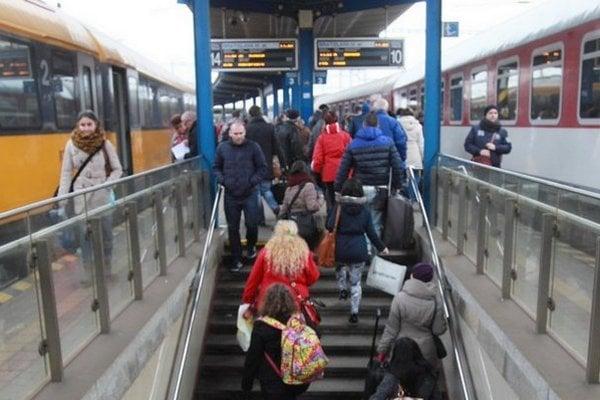 Z konfrontácie na trati vychádza úspešnejšie Regiojet - štátny dopravca logicky prispôsobuje svoj cestovný poriadok.