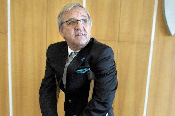 Juraj Vančík. Pre zranenú nohu chodil o barlách už v decembri.