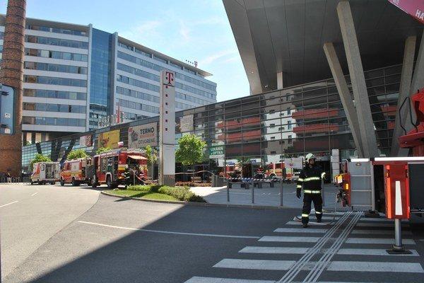 Cvičenie. Evakuovali stovky ľudí, hasiči prehľadávali budovu.