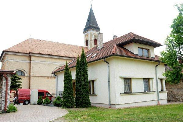 Farárov dom, v pozadí kostol. M. Porvazník to do práce nemá ďaleko.