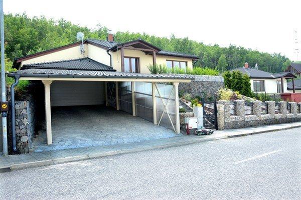 Podhorského domček v Kavečanoch. Býva pri svojich partneroch z firmy, k domu sa dá dostať len cez závoru.