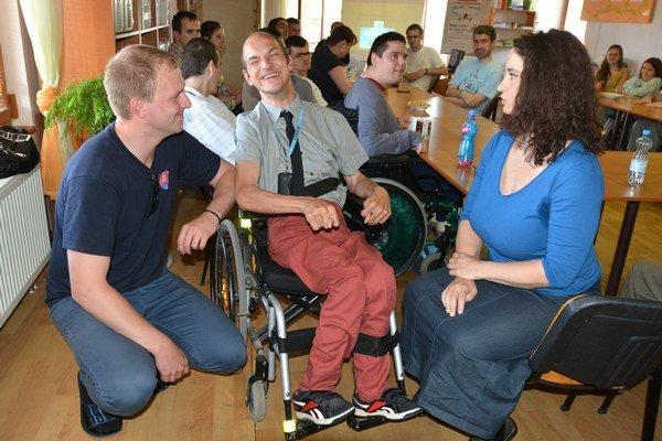 Matúš (v strede) je optimista. Na dohodu pracuje v klubovom časopise.