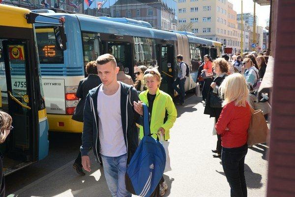 Cestujúci v MHD. Dočkajú sa na pár mesiacov cestovania v autobusoch a električkách zdarma?