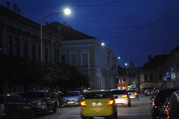 Pondelok 20. 10. Lampy sa rozsvietili krátko pred 18.00, keď už bola skoro tma.