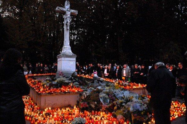 Cintoríny na Dušičky. Sú plné kvetov a sviečok.