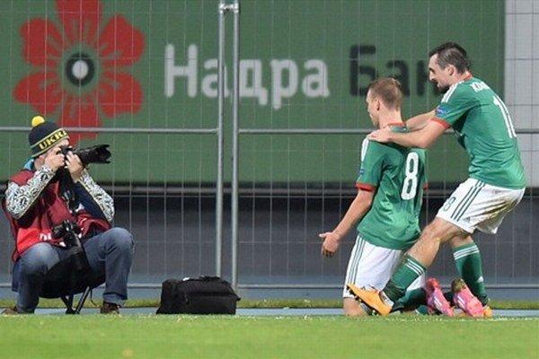 Ondrej Duda pred objektívmi fotografov po víťaznom góle v Európskej lige proti Metalistu Charkov.