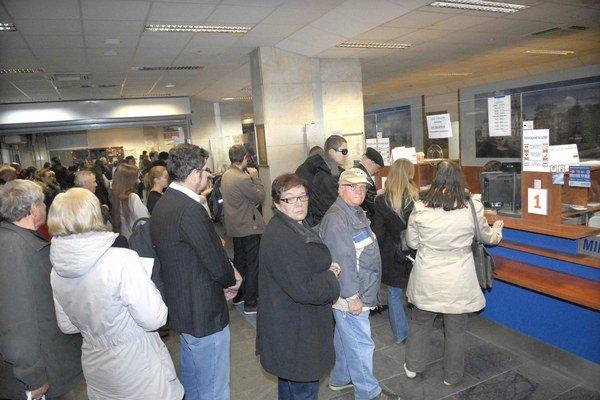 Nápor na stanici. Ľudia sa prišli registrovať na vlak zadarmo.