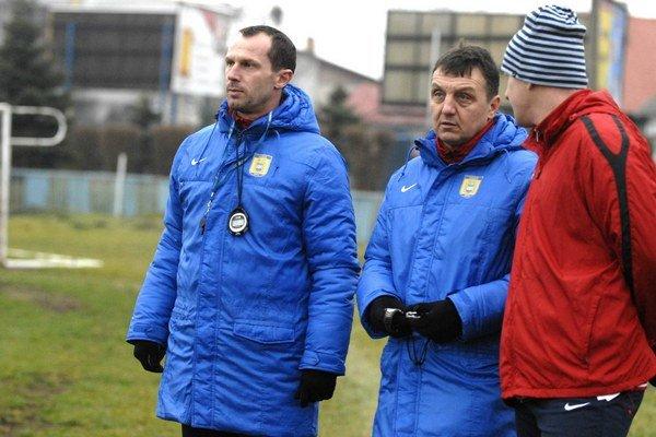 Dvojica trénerov. Radoslav Látal (vľavo) a Jiří Neček (v strede) nechcú v pohári nič podceniť.