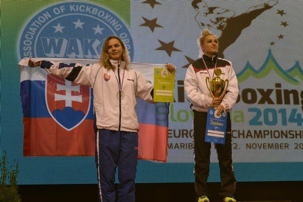 Morálne víťazstvo. Lucia Cmárová (vľavo) na striebornom stupienku vedľa Bulharky Sitnilskej.