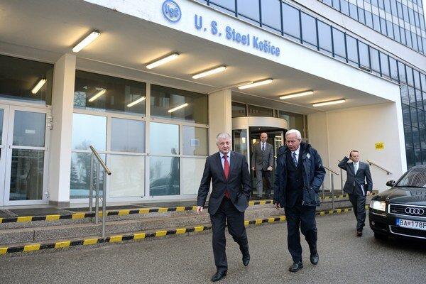 Minister hospodárstva SR Pavol Pavlis (vľavo) a prezident spoločnosti U. S. Steel, s. r. o., Košice George F. Babcoke (uprostred).