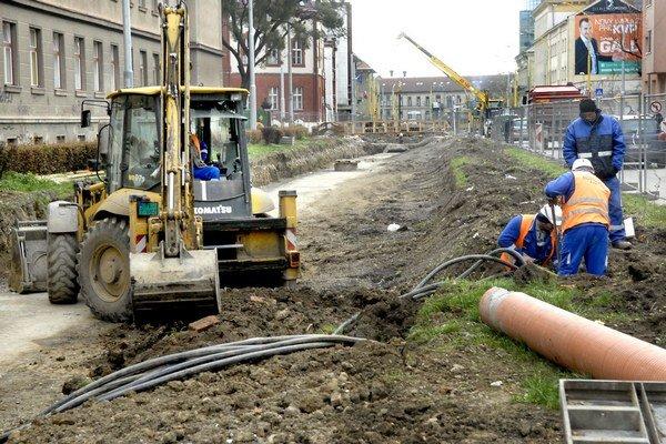Kuzmányho po 4 mesiacoch rekonštrukcie. Takto to teraz vyzerá na trati, kde majú podľa plánov jazdiť električky už do Vianoc.