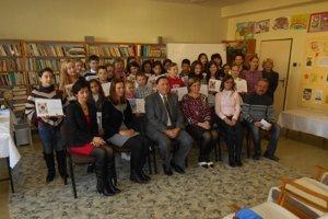 Ocenení recitátori s učiteľmi a porotou.