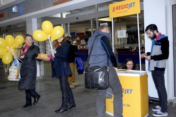 Zákaznícke centrum štátneho dopravcu na košickej stanicia pred ním provizórny stánok, kde predával lístky RegioJet.