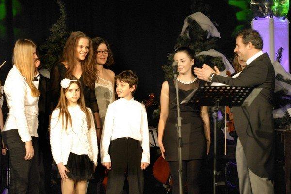 Filip Tůma a Detský zbor opery ŠD. Predviedli operné árie aj vianočné hity.
