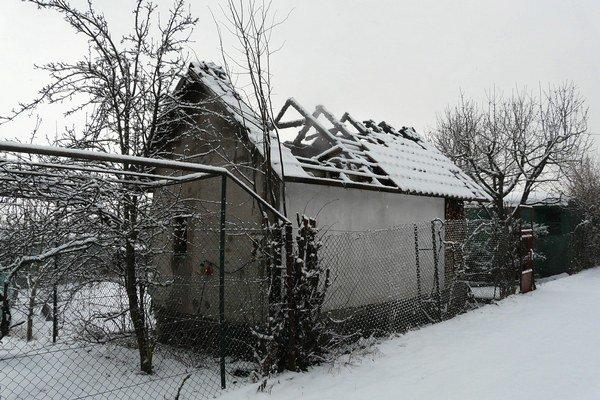 Chata je neobývateľná, vnútro vyhorelo.