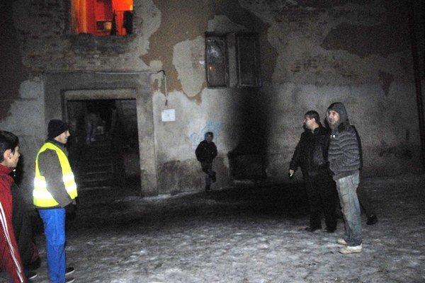 Evakuácia. Oheň vyhnal z bytov 40 obyvateľov.