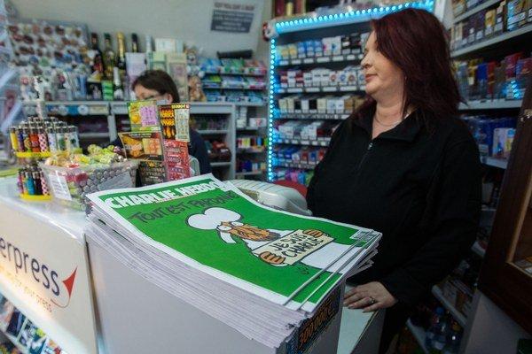 Posledné vydanie satirického týždenníka Charlie Hebdo, ktorého predaj sa spustil už aj na Slovensku.