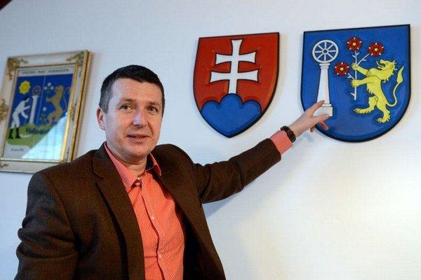 Starosta Krásnej Marek Kažimír pri erbe.