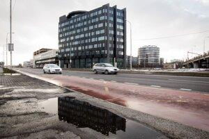 Budova stojí medzi Panónskou cestou v bratislavskej Petržalke, z druhej strany susedí so železničnou traťou. Pracovníci VšZP sa sem budú sťahovať z dvoch budov, z bratislavského Ružinova a z Petržalky.