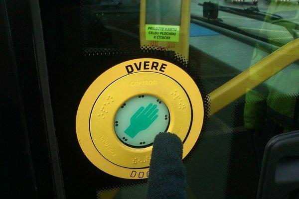 Dvere na autobuse SOR. Keď sme chceli otvoriť dvere v rukaviciach, museli sme na tlačidlo vyvinúť o niečo väčší tlak.