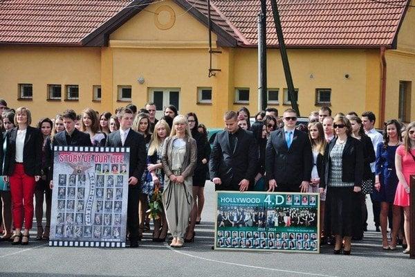 Gymnázium Školská SNV. Týchto študentov učili finančne najmotivovanejší učitelia v kraji.