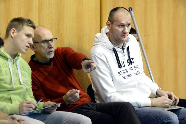 Už na košickej lavičke. František Rón medzi trénermi Czakom (vpravo) a Nuberom.