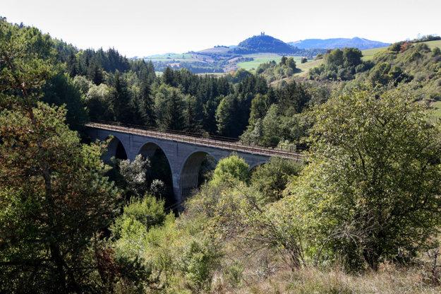 Beliansky železničný viadukt s výhľadom na banskoštiavnickú kalváriu.