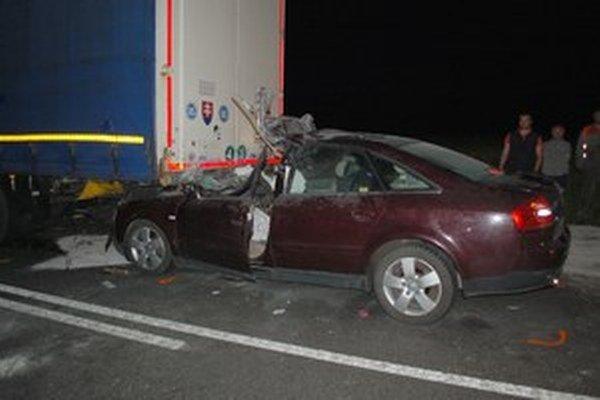 Hasiči museli auto spod kamióna opatrne vytiahnuť.
