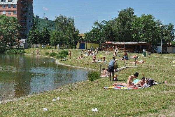 Jazero opäť ožíva. Brehy obsadili prví rekreanti.