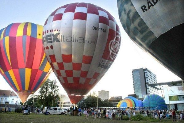 Centrum mesta ožilo. Skrášlili ho balóny rôznych veľkostí a tvarov.