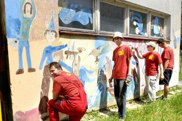V materskej škole. Chlapi z AT&T maľovali škôlku.