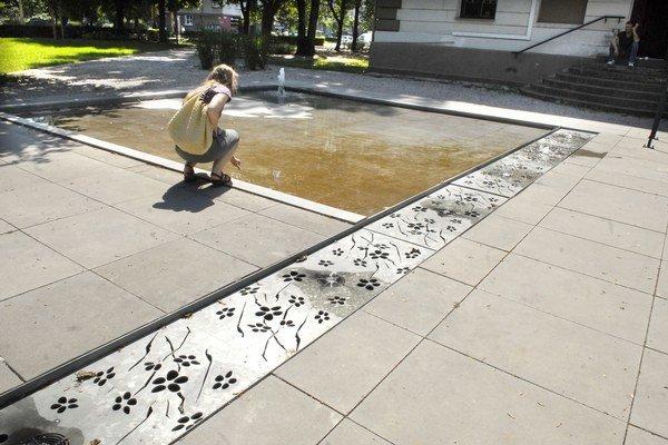 Park pri Krčme Letná. Kým fontánu celkom opravia, funguje aspoň čiastočne.