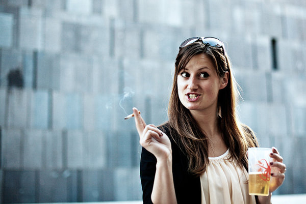 Vedci prišli na to, prečo si nefajčiari radi zapália, keď pijú.