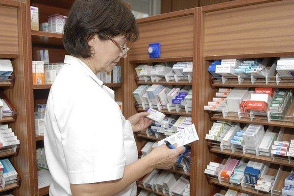 Lekárne liek skladovať nemusia. Ak je dostupný, do 24 hodín ho majú pacientovi zabezpečiť.