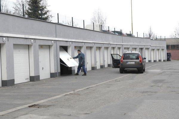 Rad garáží. Aj z predaja pozemkov pod nimi sa mestskej