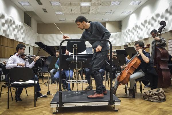 Súbor Quasars Ensemble získal Krištáľové krídlo aj nomináciu Radio_Head Award za klasickú hudbu.  Od roku 2013 je rezidenčným súborom Kasární / Kulturparku v Košiciach a tu organizuje aj každoročne festival. Vedie ho dirigent Ivan Buffa (na snímke v strede).