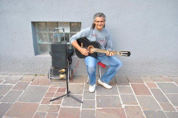 Gabriel pri práci. Cez deň hrá na ulici, večer v podnikoch.