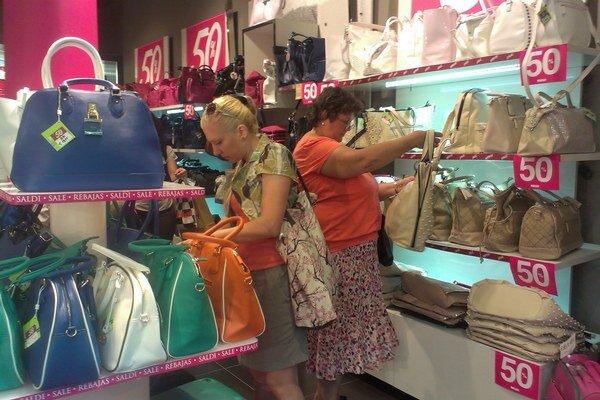 Najmä ženy. V obchodných centrách prevládajú.