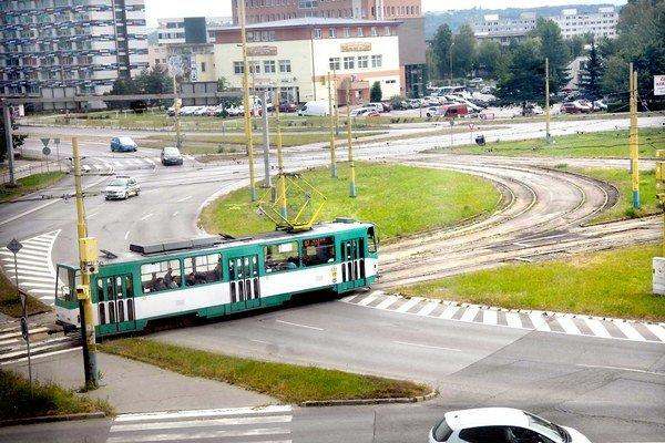 Kruhový objazd na Moldavskej. Tepláreň tam vymení potrubie až na budúci rok.