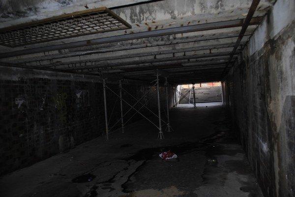Konštrukcie v podchode. Podopierajú cestu, nosníky sú poškodené.