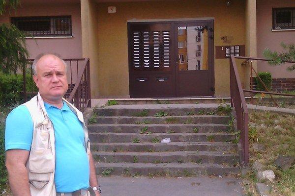 Šéf bytového družstva Jarkovský pred panelákom na Hanojskej. Prosí ľudí, aby vodu riešili so správcom, nie komerčnými firmami.