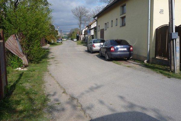 Úzka cesta. Prašnú ulicu rozšíria.