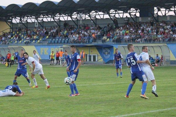 Toto bola gólová i víťazná lopta z hlavy  Mareka Petrička (druhý zľava). Všetci už iba sledovali jej púť do siete.