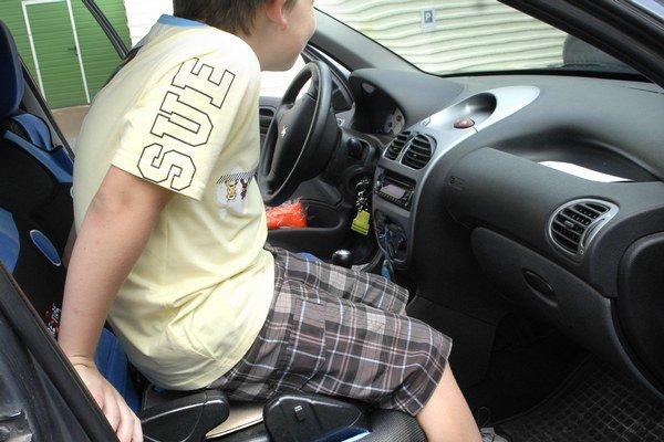 Niektoré deti majú problém sa doň vmestiť.