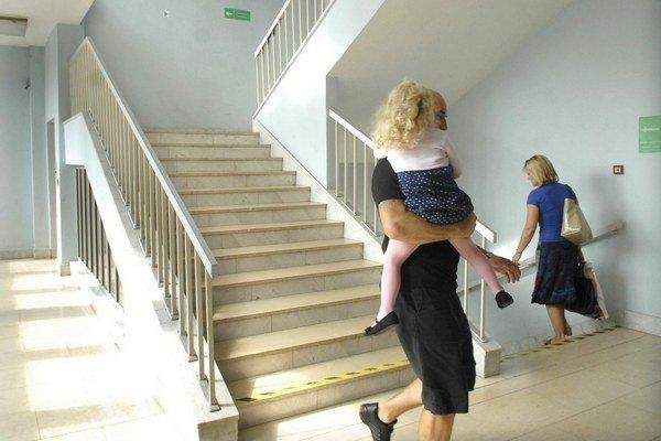 Po schodoch. Ľudia na výber nemajú.