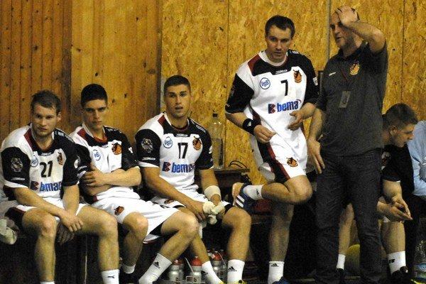 Košická lavička. Tréner Kolesár (vpravo) má veľké starosti.