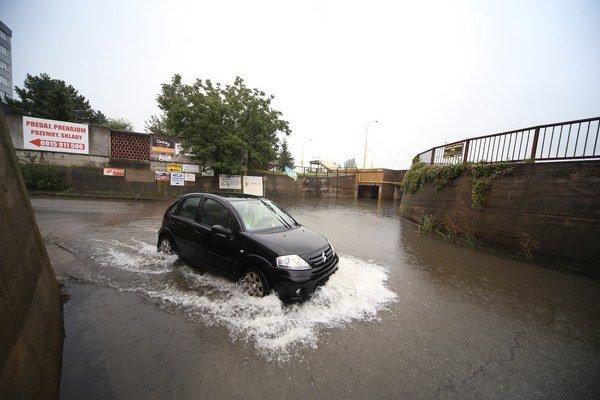 Voda už zaliala i susednú cestu. Ľudia sa boja, že čoskoro sa tadiaľ na kataster nebude dať prejsť.